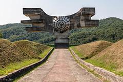 Tito's Hug.jpg (doppi4punt4) Tags: spomenik monument monumento holocaust rebellion war memorial