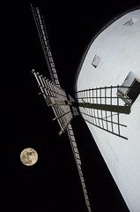 Luna Quijotesca (franlaserna) Tags: darkness shadows black sky nikon nightphotography night quijote moon molino windmill windhill