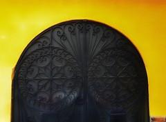 La puerta del purgatorio (FOTOS PARA PASAR EL RATO) Tags: streets calle herrajes paredes textura doors door puertas puerta