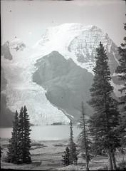 AJG.B2A12.048 (American Alpine Club Photo Library) Tags: mountrobson glaciers bergglacier lakes berglake mountrobsonprovincialpark canada