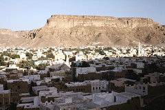 Seiyun in the wadi with mountains behind (motohakone) Tags: jemen yemen arabia arabien dia slide digitalisiert digitized 1992 westasien westernasia ٱلْيَمَن alyaman
