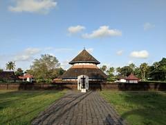 Iranikulam Mahadeva Kshethram (mura.lee) Tags: temples keralatemple lordshiva shivalayam pixel2