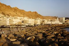 Seawall of Mukalla with Al Rawda Mosque (motohakone) Tags: jemen yemen arabia arabien dia slide digitalisiert digitized 1992 westasien westernasia ٱلْيَمَن alyaman kodachrome paperframe