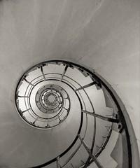 Escaleras del Arco del Triunfo (Francisco Esteve Herrero) Tags: parís francia nikond5300 sigma1750 franciscoesteveherrero blancoynegro blackandwhite arcodeltriunfo escaleras escaleracaracol