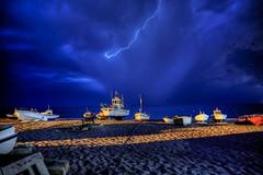 Buscando rayos y centellas (zapicaña) Tags: zapigata cabodegata cielo clouds almeria andalucia arena azul sky spain sand sur south rayos barco boat
