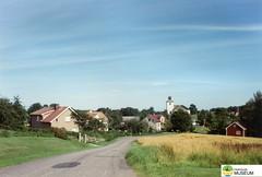 tm_5303 (Tidaholms Museum) Tags: färgat positiv landsväg himmelsblå kyrka exteriör byggnad bostadshus