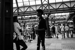 Conversation (Art de Lux) Tags: hamburg hauptbahnhof centralstation menschen personen people street candid schwarzweis blackandwhite sw bw artdelux deutschland germany summilux microfourthirds mft