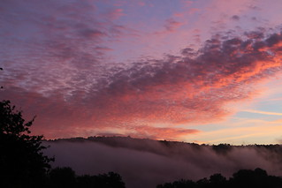 Lever de soleil et brume sur la vallée de l'Orne en Suisse normande.