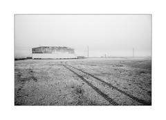 Dans la bande des cent mètres. (Scubaba) Tags: europe france pasdecalais noirblanc noiretblanc blackwhite bw monochrome minimalisme minimalism minimal brouillard fog mist brûme traces prints batiment building