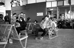 Más de la terminal (mavricich) Tags: monocromo monocromático misiones monochrome ricoh rangefinder retro old gente street sombreros kodak tmax r09 iguazu stret calle en la foto argentina people