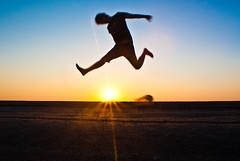 wALKING oN tHE sUN (Hansis y Greta) Tags: hombre man silueta panorámica landscape europa europe jump salto españa spain beach playa down amanecer