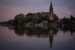 twilight (Rafael Zenon Wagner) Tags: dämmerung ruhe entspannung see wasser lila glatt spiegelung kirche bäume deutschland nikon d810 twilight tranquillity relaxation lake water purple smooth reflection church trees germany himmel fluss baum turm boot