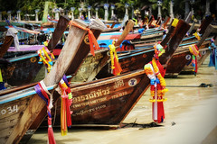 Long Boats (Stefan Wirtz) Tags: longboats kophiphi beach strand boot holzboot thailand meer ozean andamanensee