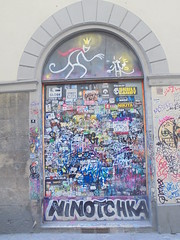 971 (en-ri) Tags: ninotchka nero tag firenze wall muro graffiti writing blu exit re king topo mouse ratto rat bianco corina
