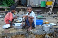 La vaisselle (RarOiseau) Tags: madagascar nosybe réservedelokobe village enfant ambatozavary
