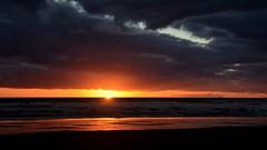 El último rayo de luz. The last sunray. (.Guillermo.) Tags: landscape landscapes paisaje paisajes sunset puestadesol playa beach