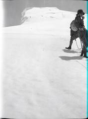 AJG.B2A10.076 (American Alpine Club Photo Library) Tags: mountresplendent humans men women iceaxes rope climbers mountrobsonprovincialpark canada glaciers