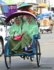 Happy ride, Arab Quarter Surabaya (Sekitar) Tags: indonesia jawa ostjava java timur jawatimur surabaya happy ride arab quarter becak cycle rickshaw hijab girl