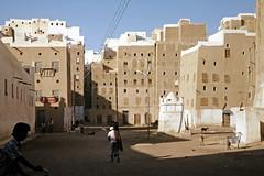 Shibam - market place (motohakone) Tags: jemen yemen arabia arabien dia slide digitalisiert digitized 1992 westasien westernasia ٱلْيَمَن alyaman
