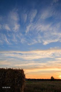Auringonlasku olkipellolla