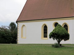 Blindes Fenster, sehender Baum / Blind Window, Sighted Tree (bartholmy) Tags: hohengehren baltmannsweiler bawü kirche church evangelisch protestant reformed baum tree fenster window wand wall rasen lawn dach roof fallrohr downspout vermauert zugemauert brickedup blitzableiter lightningrod