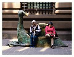 Crónicas de la soledad (Manuel Gayoso) Tags: zócalo méxico indiferencia soledad hombre mujer texting animalmitológico escultura callejón lectura observacion