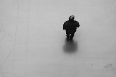 Sobre un hexágono (robertosanchezsantos) Tags: donostia sansebastian paísvasco euskadi españa spain europa europe viaje travel arte art abstracto abstract ciudad city urbano urban textura blancoynegro blackwhite monochrome person portrait retrato