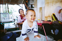 (Cak Bowo) Tags: potret portrait bocah children anakanak bayi baby smile senyum surabaya eastjava indonesia fujifilmzoomdatef28 fujifilmsilvif28 zoomdatef28 silvif28 pointandshoot pocket compact film kodak colorplus kodakcolorplus200