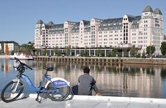 RIPOSO DOPO UNA PEDALATA (ADRIANO ART FOR PASSION) Tags: norvegia norway oslo nikon d90 nikond90 nikkor18200 bicicletta palazzo riflesso canale uomo bici norge
