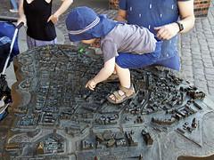 Stadtplan (ingrid eulenfan) Tags: stralsund altermarkt plan stadtplan kind kids streetlife strasse platz markt hansestadt