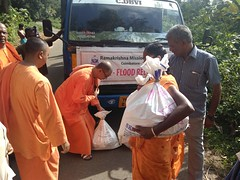 """Kerala Flood Relief Work by Ramakrishna Mission, Coimbatore <a style=""""margin-left:10px; font-size:0.8em;"""" href=""""http://www.flickr.com/photos/47844184@N02/29571566997/"""" target=""""_blank"""">@flickr</a>"""