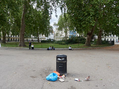 Fitzroy Square. 20180918T13-21-19Z (fitzrovialitter) Tags: bloomsburyward england fitzrovia gbr geo:lat=5152282000 geo:lon=013943000 geotagged unitedkingdom peterfoster fitzrovialitter city camden westminster streets urban street environment london streetphotography documentary authenticstreet reportage photojournalism editorial captureone olympusem1markii mzuiko 1240mmpro microfourthirds mft m43 μ43 μft ultragpslogger geosetter exiftool rubbish litter dumping flytipping trash garbage