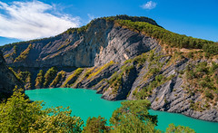 Lac de Monteynard et ses couleurs. (Romain Didier) Tags: summer été light lumière green vert blue bleu jaune yellow orange outside dehors colorful coloré color couleur vacation vacance art artistique paysage landscape france region area français isère montagne mountain falaise cliff ciel sky nikon d7500 nikkor arbre tree forêt forest fleuve river stream water eau lac lake clouds nuages nature natural amazing photography photographie best meilleure view vue horizon monteynard avignonnet