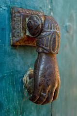 La main sur la porte (jegauberti) Tags: main heurtoir porte fer forgé ancien