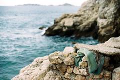 celui qui s'est dévêtu (asketoner) Tags: clothe forgotten rocks sea mediterranea marseille france winter pullover green water horizon landscape