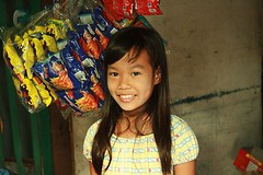 pretty girl outside a convenience store (the foreign photographer - ฝรั่งถ่) Tags: pretty girl child convenience store khong khlong thanon portraits bangkhen bangkok thailand canon