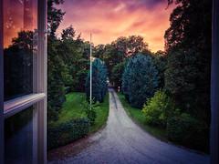 Sensommarkväll på herrgården. (MagnusBengtsson) Tags: fotosondag fs180909 sensommar landskap solnedgång fönster trädgård