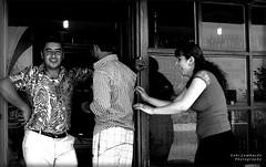 entry (gabi lombardo) Tags: monochrome gemte people menschen lachen ridere portrait travel allegria mani hände hands ombra schatten shadow