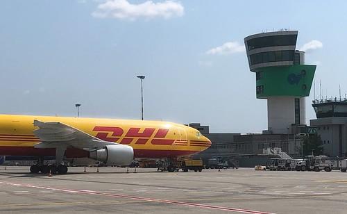 DHL Flugzeug auf Flughafen