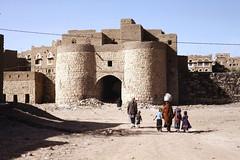 Amran citadel gate (motohakone) Tags: jemen yemen arabia arabien dia slide digitalisiert digitized 1992 westasien westernasia ٱلْيَمَن alyaman kodachrome paperframe