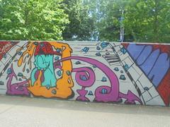 436 (en-ri) Tags: 403 mostriciattolo little monster arrow rosa fuxia giallo azzurro rosso parco dora torino wall muro graffiti writing