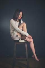 Célia (www.michelconrad.fr) Tags: bleu jaune rouge vert canon eos6d eos 6d ef24105mmf4lisusm 24105mm 24105 femme modele portrait studio noir pose pull jambes tabouret glamour