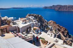 Oia, Santorini (Artal B.) Tags: oia santorini grecia greece egeo mediterráneo mar agua azul casas edificios cielo islas cícladas gente paisaje