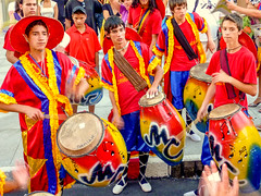 "2010-01-28 Desfile Inaugural de Carnaval en Montevideo (15) - Tamborileros (Trommler) einer Candombe-Gruppe beim Aufwaermen vor dem Start des ""Desfile Inaugural de Carnaval"" (Umzug zur Eroeffnung des Karnevals) in Montevideo, Uruguay (mike.bulter) Tags: cadombe candombe carnaval carnival centro child desfileinauguraldelcarneval2010 drum karneval karnevalsumzug kind lubolos menschen montevideo music musik parade people southamerica suedamerika trommel umzug uruguay ury"