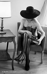 double genre (Valerie Morreale) Tags: noiretblanc chapeau modèlehomme modèlemasculin modèlephoto photostudio photoartistique sexy corset double genre travesti