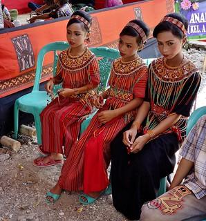 INDONESIEN, Sulawesi - Traditionelle Totenfeier der Toraja bei Makale,festlich gekleidete Mädchen, 17643/10654