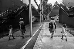 Mare i filla, filla i mare (Ramon InMar) Tags: reflexe reflex street urban urbana bnw mother mirror mirall barcelona