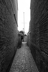 Alley (tommyajohansson) Tags: southendonsea england unitedkingdom gb estuary thamesestuary leighonsea tommyajohansson geotagged monochrome blackandwhite svartvitt schwarzundweiss blancoynegro blancetnoir