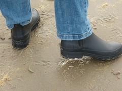 Beach walk (willi2qwert) Tags: rubberboots rainboots regenstiefel gummistiefel gumboots girl gummistövlar wellies wellingtons women wasser wet water watt stiefeletten strand bootiees halfboots