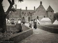 Kasteel Radboud (JaapWoets) Tags: historisch jonkvrouwen kanon kasteel radboud klederdracht medemblik tentenkamp veste brug vrouwen hoofddoek